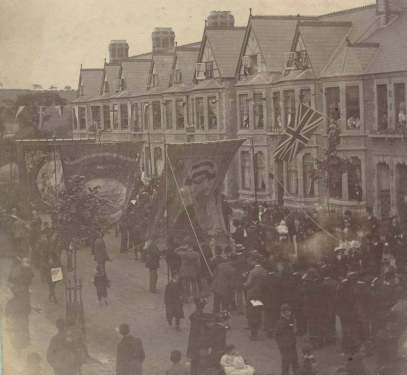 Crowds heading along Wellfield Road in 1894 to the opening ceremony of Roath Park.